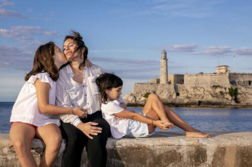 beautiful family photo shoot in havana in malecon